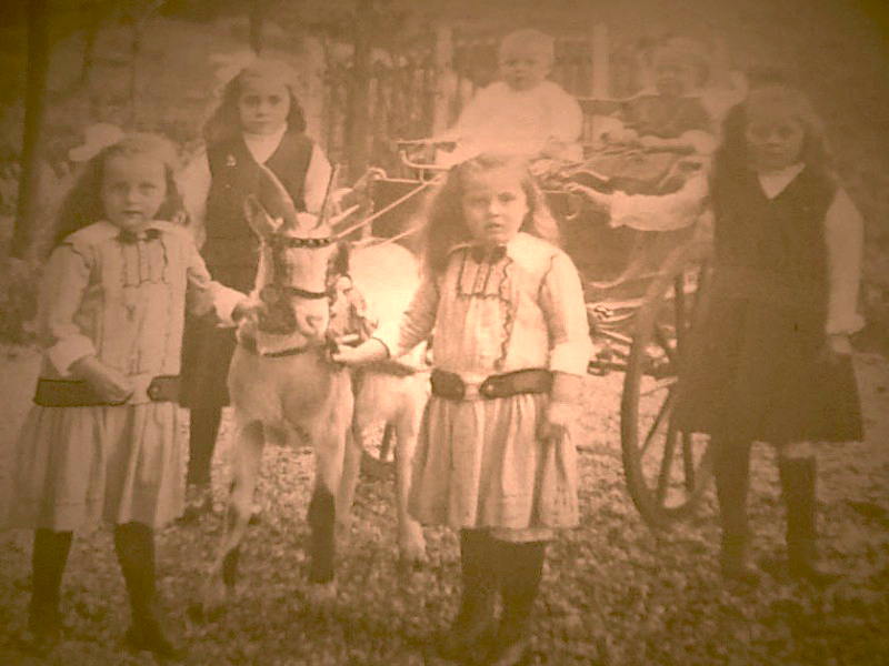 Klasina Koole en haar zussen omstreeks 1918
