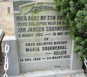 Deze grafsteen aan de Leidschestraatweg in Harmelen markeert de plek waar Maria Beijen, Jan Jansen Doornenbal en zijn ouders Adriana van den Bosch en              Pieter Doornenbal werden begraven (4)