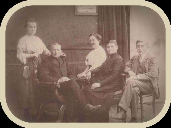 Het gezin van Grietje Bartha van Holst en Willem van Bemmel in hun woning aan de Dorpstraat in Harmelen. Beide ouders zitten vooraan en achter hem staat Adriana Gerarda. Links naast haar zit Magdalena Cornelia en helemaal rechts zit hun zoon Gerrit Cornelis van Bemmel.