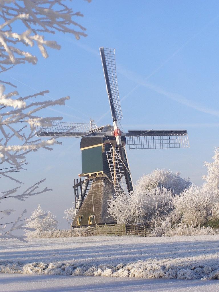 Foto van een winters polderlandschap met de beeldbepalen Kockengense molen aan Wagendijk 15, die in het jaar 1675 werd gebouwd