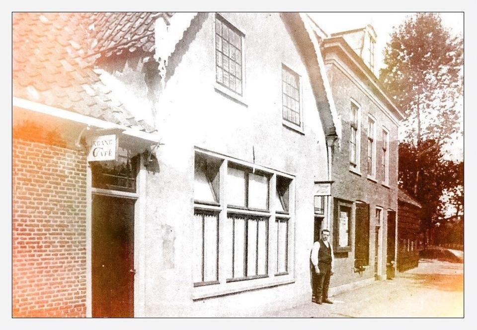 Foto uit 1930 van het rechthuis annex tapperij te Barwoutswaarder. Dit was eeuwenlang het bestuurlijk centrum van de gemeente Barwoutswaarder en Bekenes. In deze herberg vergaderde schout en schepenen en vonden openbare verkopingen en verpachtingen plaats. Het pand stond ongeveer in het midden van de gemeente aan de Jaagpad langs de Oude Rijn bij de Hoge Rijndijk en werd in de jaren zestig van de vorig eeuw gesloopt.