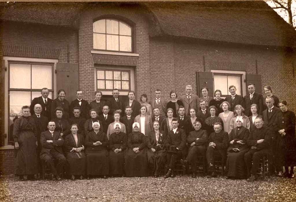 Familiefoto op het erf van hofstede de Hoge Ham in Vleuten, tijdens de bruiloft van Jaantje de Wit met haar achterneef Willem Doornenbal op donderdag 4 november 1926.