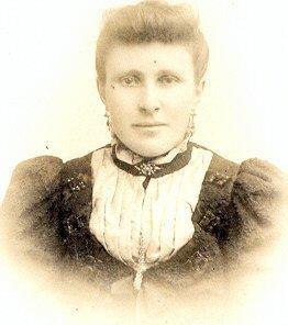 Johanna Cazant, roepnaam Hanna (1877 – 1910) Johanna was een kleindochter van Jannetje Pijnse van der Aa. Ze werd vernoemd naar haar andere grootmoeder Johanna Bosman, net als haar nicht Johanna de Lange, de echtgenoot van Teunis Bos (D) Johanna was een kleindochter van Jannetje Pijnse van der Aa. Ze werd vernoemd naar haar andere grootmoeder Johanna Bosman, net als haar nicht Johanna de Lange, de echtgenoot van Teunis Bos (D)