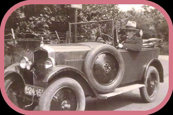 1934: Hendrika Johanna van 't Wout en haar man Gerrit Cornelis van Bemmel met hun  automobiel op weg in Harmelen.