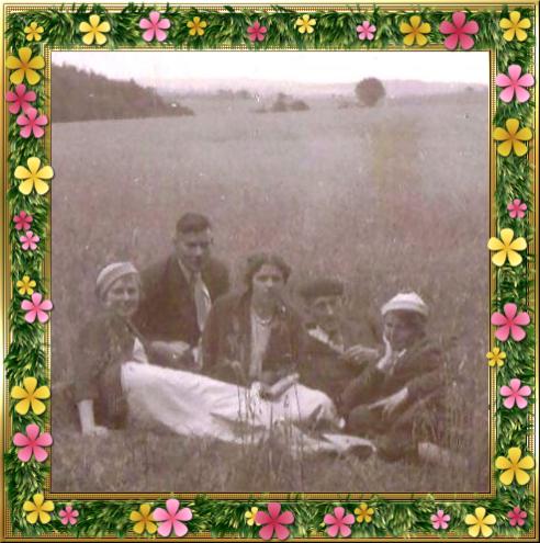 1935: Grietje Magdalena van Bemmel, Jan Sterk Vroege, Riek van 't Wout, Gerrit Cornelis van Bemmel en Hendrika Johanna van 't Wout aan het picknicken in het weiland van boerderij de Hollenboom.