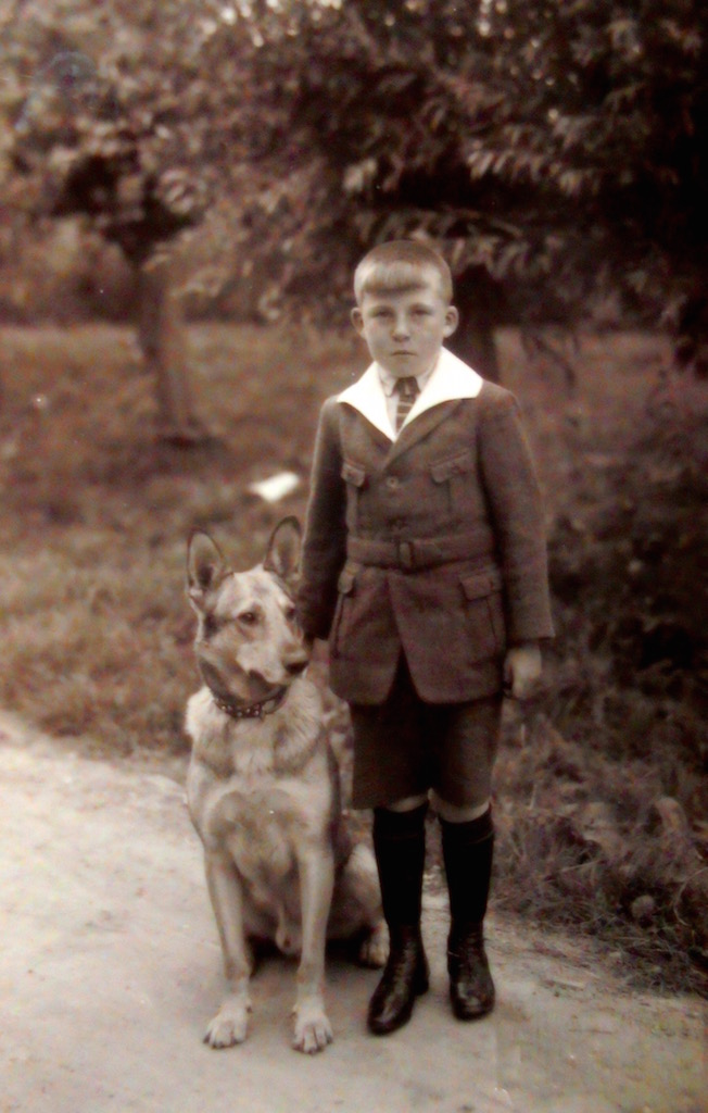 Foto van de ongeveer 12 jarige Adriaan Bos. Deze opname waarop hij staat afgebeeld met de boerderijhond is omstreeks het jaar 1929 gemaakt voor de boomgaard ter hoogte van Wagendijk 13 in Kockengen.
