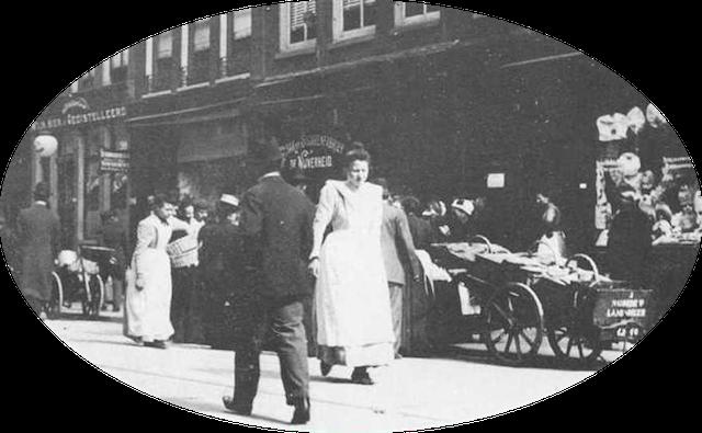 Straatbeeld van de Amsterdamse stadswijk De Pijp omstreeks 1900, waar toen zo'n 50.000 mensen woonden. In die tijd begonnen marktkooplieden zich met hun houten karren te verzamelen in de Albert Cuypstraat en ontstond de Albert Cuypmarkt. Eerst mocht er alleen op zaterdagavond markt worden gehouden en in de loop van de tijd breidde het uit. In 1912 werd daar zes dagen in de week markt gehouden.