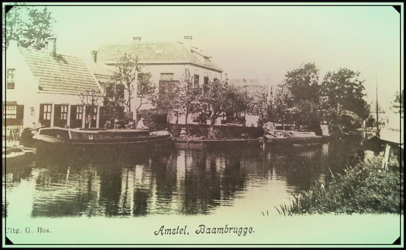 Ansichtkaart van de rivier de Amstel bij Baambrugge. Uitgegeven door winkelier Gijsbert Bos te Baambrugge omstreeks 1890 (1). Gijsbert was ruim 20 jaar boer geweest in Harmelen en werd zwaar getroffen door de landbouwcrisis. De graan- vlees- en melkprijzen daalden zo sterk dat van de opbrengst van het boerenbedrijf nauwelijks meer rond te komen was. Daarom was hij daarmee opgehouden. In 1881 verhuisde hij met zijn gezin naar Baambrugge, waar hij en kruidenierswinkel begon.