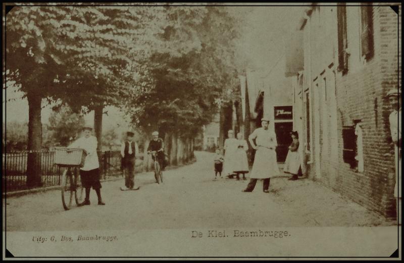 Ansichtkaart van de Kleiweg (De Klei) in Baambrugge. De man op de fiets is Theodorus Moinat (1867 – 1929), die vanaf 1892 huisarts in dat gebied was. Deze prentbriefkaart werd omstreeks 1895 door Gijsbert Bos gemaakt en in zijn winkel te Baambrugge verkocht (5).