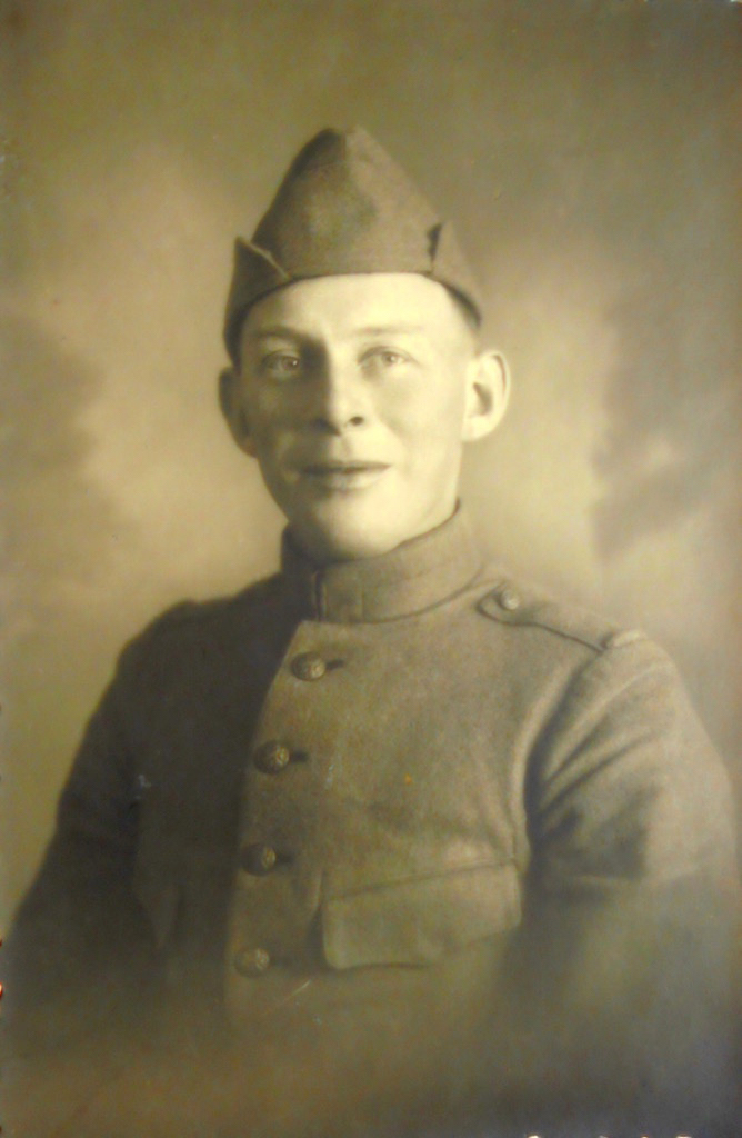 Dienstplichtig soldaat Pieter Bos op 34 jarige leeftijd, gekleed in het uniform van de landmacht dat werd uitgereikt bij de mobilisatie in 1939.