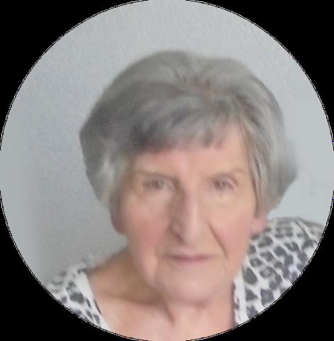 Foto van de 82 jarige Elly de Gier, die op 9 jarige leeftijd vanaf 1944 ruim een jaar met Marretje Bos heeft samengewoond. Ze weet nog dat het een stille magere vrouw was, die af en toe ziek was. Elly de Gier woonde in Parkstraat 30 in Utrecht, waar haar vader een melk zaak had. Het was een spannende tijd voor haar. Ze moest bij haar tante Grietje in Harmelen gaan wonen omdat het tijdens de 2e wereldoorlog te gevaarlijk voor haar werd in Utrecht. Ze had tijdens de oorlog al eerder bij tante Grietje gelogeerd, toen zij nog de baas op de boerderij in Kockengen was. Als ze daar was mocht ze op de tol passen en dat vond ze geweldig. Ze zat in Utrecht op de Maliebaanschool en ging in Harmelen naar de dorpsschool, waar ze zwarte kniekousen moest dragen en het heel prettig had.