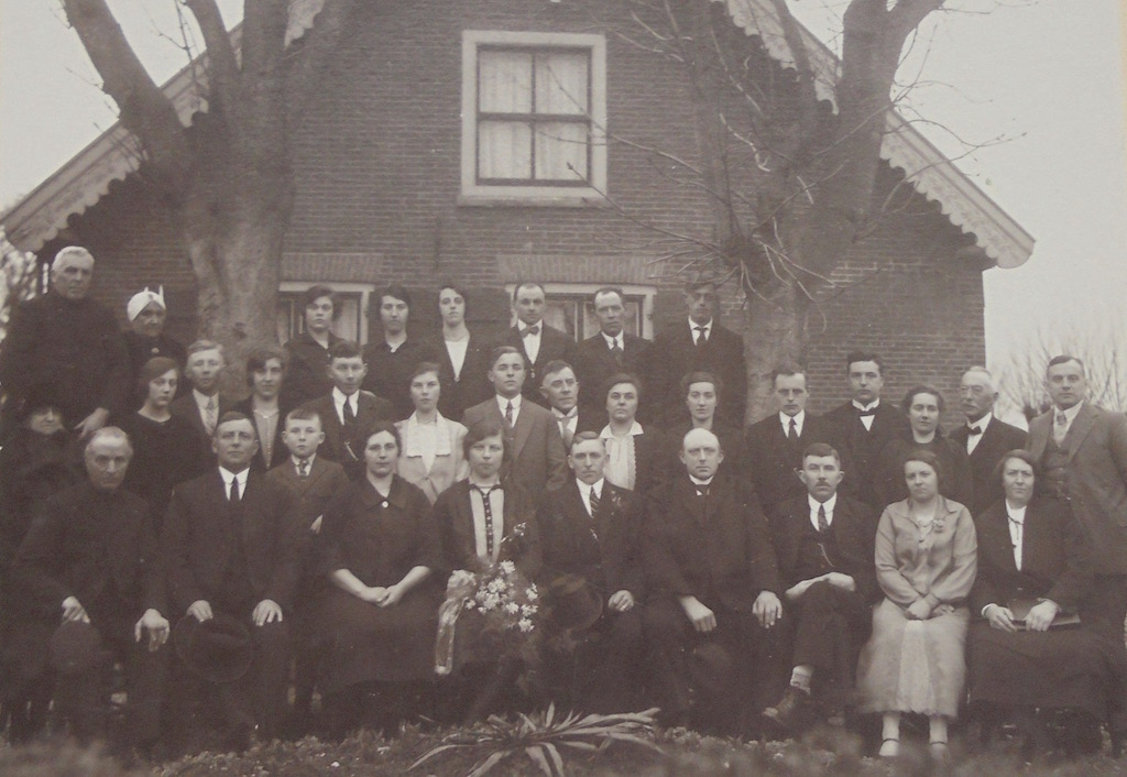 Familiefoto gemaakt voor de boerderij ter hoogte van Wagendijk 13 in Kockengen op donderdag 3 maart 1927, tijdens de bruiloft van Jannigje Bos en Cornelis van den Broek.