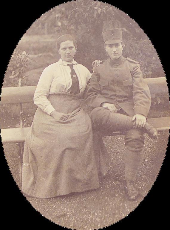 Foto van de gezusters Grietje en Neeltje Willempje Oskam, gemaakt tijdens 1e wereldoorlog (1914 – 1918) op de boerderij in Portengen. Neeltje draagt het uniform van één van haar vrienden, die dienst moest doen in het Nederlandse leger dat vier jaar lang gemobiliseerd was.