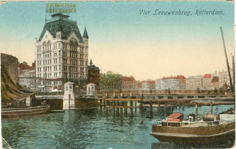 Prentbriefkaart van het Witte Huis aan de Geldersekade, bij de Vier Leeuwenbrug in Rotterdam. Dit rijksmonument werd gebouwd in 1897 en heeft als één van de weinige gebouwen in het stadscentrum van Rotterdam het bombardement in 1940 doorstaan.
