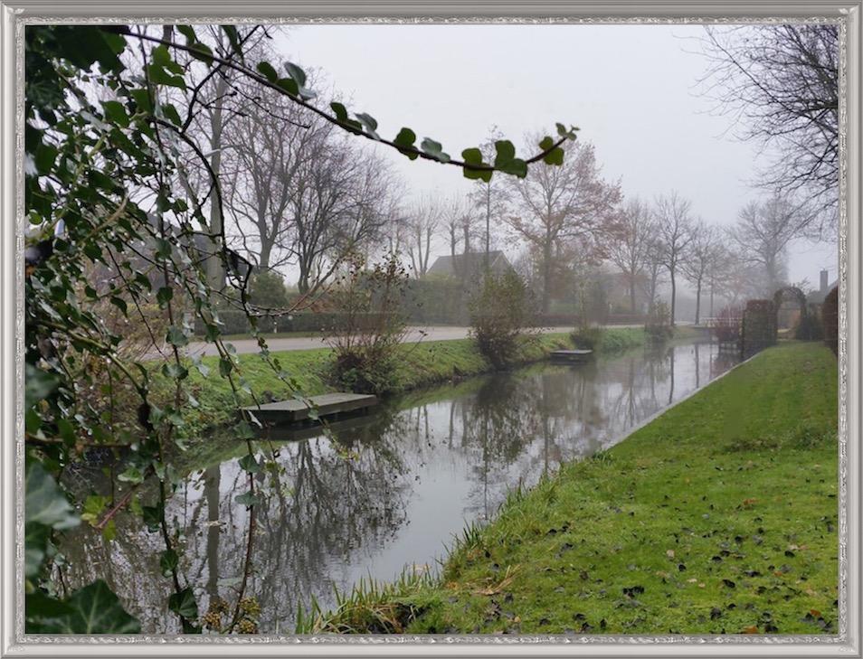 Herfstfoto van de Lopikerweg Oost, die van Lopik naar Lopikerkapel loopt. Rechts stroomt de Enge IJssel. Het land van de boerderijen ter linkerzijde grensde vroeger aan Benschop. Jan en Teunis Spelt hadden elk ook een perceel grond tegenover hun hofstede, wat ze verpachtten. Deze stukken land lagen aan de andere kant van de Enge IJssel tussen Grave en Jaarsveld (5).