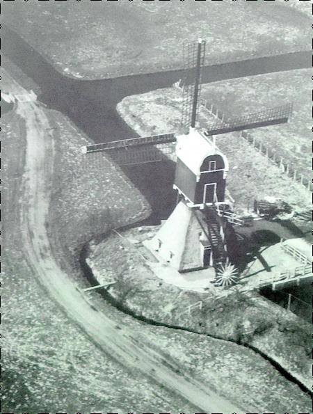 Luchtfoto uit 1963 van de watermolen aan Wagendijk 15 in Kockengen. Links daarvan lag het 'Pad van Bos' dat over het land van Grie Zeldenrijk en Gijsbert Bos liep. Het is duidelijk te zien hoe de weg via de brug over de wetering (linksboven) richting Teckop voortslingerde. Deze tolweg was in 1963 nog steeds de enige weg die Kockengen en Kamerik met elkaar verbond. Het heeft nog jaren geduurd voordat er een provinciale weg naar Teckop werd aangelegd en deze particuliere tolweg zijn functie verloor.