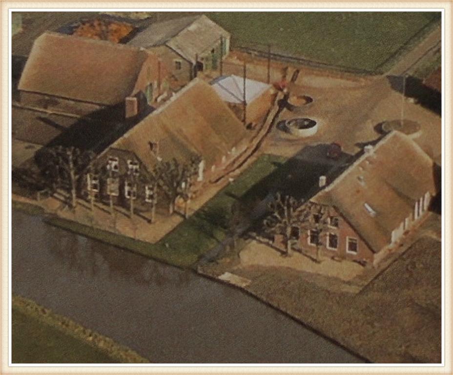 Luchtfoto van de voormalige hofsteden gelegen aan Noord IJsseldijk 43 en 45 in IJsselstein, die omstreeks het jaar 1800 werden gebouwd. Deze hoeven hebben een monumentale status. Ze vormden samen met de personeelswoning die naar de overkant aan Noord IJsseldijk 10 is verplaatst en de in 1973 gesloopte panden aan Noord IJsseldijk 41 een klein boerderijencomplex dat bekend stond als: 'De boerderijen van Bos'. De bewaard gebleven onderdelen hebben een woonbestemming, die bestaat uit zes eenheden. Ook de oorspronkelijke schuren zijn comfortabele huizen geworden.