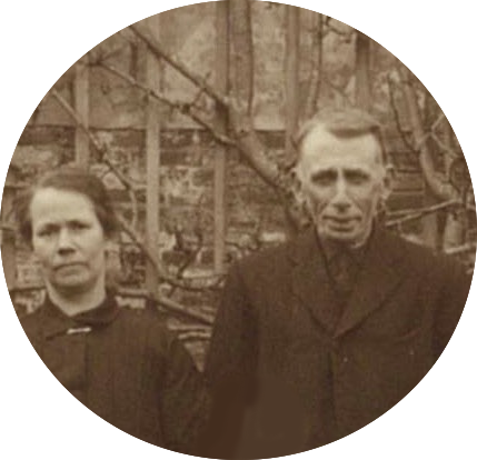 De 51 jarige Maria Bos en haar 57 jarige man Jan Johannes Wagenaar. Detail van een groepsfoto uit 1920.