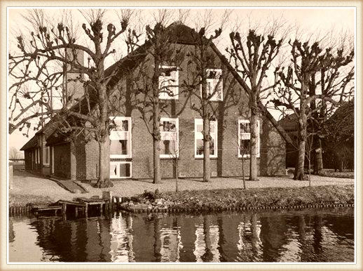 Foto van het rijksmonument aan Noord IJsseldijk 45 in IJsselstein. Deze rietgedekte laaghuisboerderij aan de Hollandse IJssel werd aan het begin van de 19e eeuw gebouwd. De foto werd omstreeks 1963 gemaakt toen het nog als boerderij in gebruik was. Naast de hofstede stonden twee schuren met rieten daken. De hoeve had in het verleden meerdere korenbergen. De korenhalmen werden in schoven gebonden en in een graanberg opgeslagen.