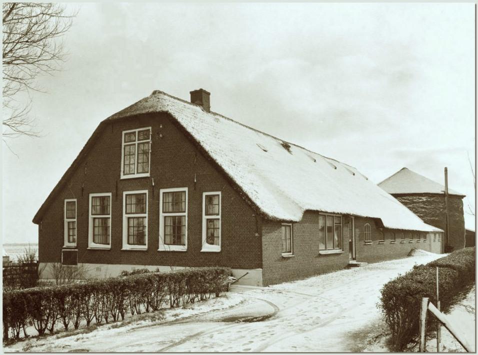 Foto van de Leijdels Hoeve in de winter. Dit rijksmonument gelegen aan Teckop 20 in Kamerik werd volgens de kleine gevelsteen gebouwd in het jaar 1814 toen Teckop nog een zelfstandige gemeente was. De boerderij werd genoemd naar de familie Leijdel van den Ham van Velthuizen, die eigenaar van de landerijen was en de hofstede had laten bouwen (5).