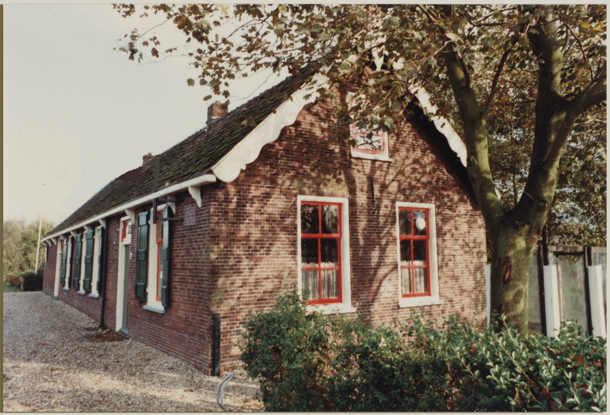 Café Teckop, Teckop 48 in Kamerik. Dit laatste huis van Teckop dateert uit de eerste helft van de 19e eeuw. Het had waarschijnlijk al sinds de bouw de functie van herberg en was tot 1857 het gemeentehuis van de zelfstandige gemeente Teckop. Tot in de jaren '80 van de vorige eeuw bleef het een café en vergaderde het waterschap Teckop er. Deze foto werd gemaakt in het jaar 1981.
