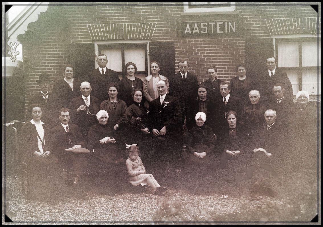 Deze foto werd genomen voor boerderij Aastein toen de 38 jarige Eijtje Helena Versloot huwde met haar 37 jarige achterneef Julianus Wilhelmus Cazant. Zij trouwden in Loenen aan de Vecht op donderdag 27 oktober 1927.