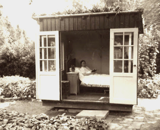 Foto van een tuinhuisje met een tuberculose patiënt uit de eerste helft van de 20ste eeuw.